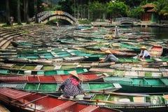 Viele Boote im Vietnam lizenzfreie stockbilder