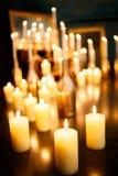 Viele brennende Kerzen auf einem widergespiegelten Hintergrund Lizenzfreies Stockfoto