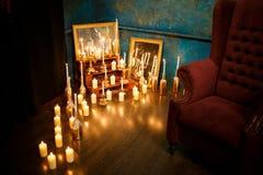 Viele brennende Kerzen auf einem widergespiegelten Hintergrund Stockbilder