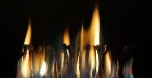 Viele brennender Abgleichungsstand in einer Zeile Stockbild