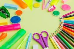 Viele Briefpapier auf einem grünen Hintergrund, mehrfarbige Farben, Lizenzfreies Stockfoto
