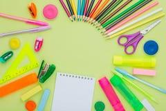 Viele Briefpapier auf einem grünen Hintergrund, mehrfarbige Farben, Stockbild