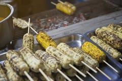 Viele brieten Mais oder grillten Maiskolben am Markt in Thailand, Straßenlebensmittel, gefiltertes Bild, der addierte Lichteffekt Stockfoto