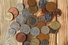 Viele Briten-Münzen auf einem schönen Holztisch Stockfotografie