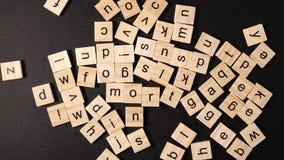 Viele Buchstaben verschieben sich auf einer schwarzen Tabelle und gründen dann ein Wort 'Hypothek ' stock video footage