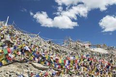 Viele buddhistische Gebetsflaggen um Tempel auf hohem Gebirgspass Stockfoto