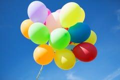 Viele bunte Ballone im Himmel Lizenzfreies Stockbild