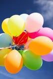 Viele bunte Ballone im Himmel Lizenzfreie Stockfotografie