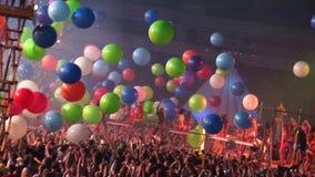 Viele bunten Ballone fallen unten in gedrängten Nachtklub confetti Go gehen Tänzer stock footage