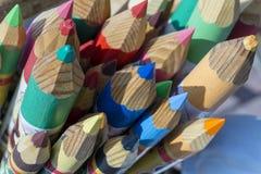 Viele bunten Bleistifte in der Nahaufnahme Stockfotos