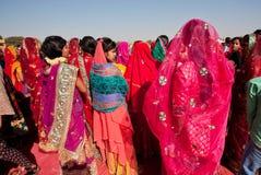 Viele bunten Frauen im Sari, der in der Menge steht Lizenzfreie Stockbilder