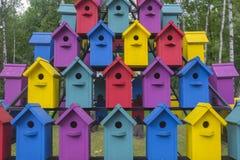 Viele bunten Häuser für Vögel 1 Lizenzfreie Stockfotos
