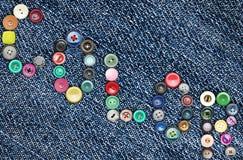 Viele bunten Knöpfe, die das Wort 'bilden, färben' Stockbilder