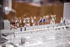 Viele bunten Ohrringe mit Swarovski-Kristallen Lizenzfreie Stockfotos