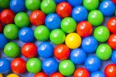 Viele bunten Plastikbälle auf dem Spielplatz der Kinder stockbild