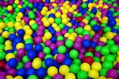 Viele bunten Plastikbälle in einem kids& x27; ballpit an einem Spielplatz Lizenzfreie Stockbilder