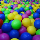 Viele bunten Plastikbälle in einem kids& x27; ballpit an einem Spielplatz Stockfotos