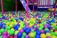 Viele bunten Plastikbälle in einem kids& x27; ballpit an einem Spielplatz Lizenzfreies Stockfoto