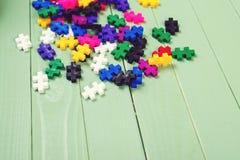 Viele bunten Puzzlespiele auf Holztisch Stockfotos