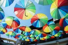 Viele bunten Regenschirme über der Straße lizenzfreies stockfoto
