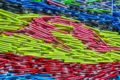 Viele bunten Stifte in einem Fenster stockfoto