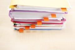 Viele Dateien und klebrigen Anmerkungen Stockfotografie