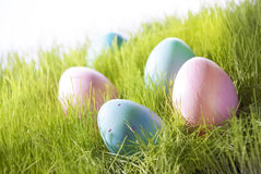 Viele dekorativen Ostereier auf Sunny Green Grass Stockbild