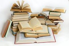 Viele der Bücher sind auf einer hellen Oberfläche Stockfotos