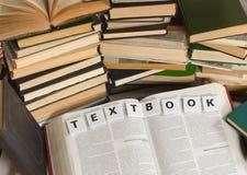 Viele der Bücher sind auf einer hellen Oberfläche Lizenzfreie Stockfotografie