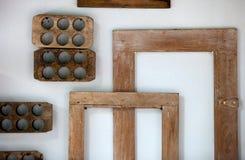 Viele des alten Holzrahmens von der rechteckigen und runden Abstraktion auf der Wand Stockfotografie
