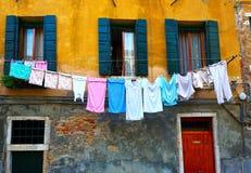 Viele, die draußen Wäscherei trocknen, um zu trocknen Stockfotos