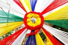 Viele, die vom zeremoniellen Thread mit Regenbogen bunt sind, färben Stockfoto