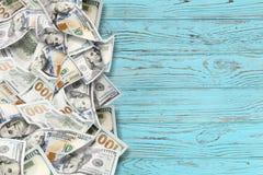 Viele Dollar auf einem hölzernen Hintergrund stockfoto