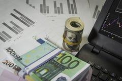 Viele Dollar und Euros auf dem Tisch Stockbilder