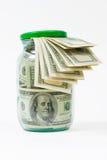 Viele 100 Dollarbanknoten in einem Glasglas getrennt auf weißem Hintergrund Stockfoto