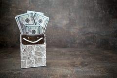 Viele 100 Dollarscheine im schwarzen weißen Geschenk bauschen sich auf dunklem backgr lizenzfreie stockbilder