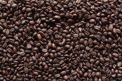 Viele dunklen Röstkaffeebohnen stockfotos