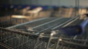 Viele Einkaufslaufkatzen nähern sich Mall stock video footage