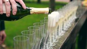 Viele eleganten leeren und halb leeren Weingläser Wein oder Champagner auf der festlichen Tabelle im Hochzeitstag stock footage