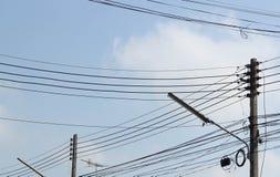Viele elektrischen Drähte auf Höhespannungspfosten stockbilder