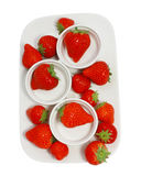 Viele Erdbeeren auf dem Teller Stockfotografie