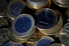 Viele Euromünzen und Cents auf Schwarzem lizenzfreie stockfotos