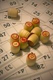 Viele Fässer mit ZahlKartenspiel loto Lizenzfreies Stockbild