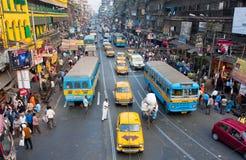Viele Fahrerhäuser, Busse und hetzenden Leute Lizenzfreies Stockfoto