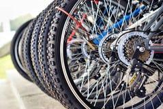 Viele Fahrräder ausgerichtet Stockbilder