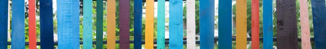 Viele Farben farbiger Zaun Stockfoto
