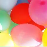 Viele farbigen Ballone, die einen hellen Hintergrund bilden Stockfotos