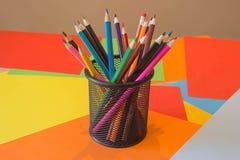 Viele farbigen Bleistifte auf farbigem Hintergrund Kunst von Farbbleistiften als Tapete Stockfotografie