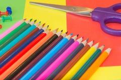 Viele farbigen Bleistifte auf farbigem Hintergrund Kunst von Farbbleistiften als Tapete Lizenzfreie Stockfotos