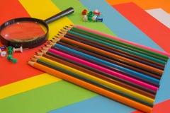 Viele farbigen Bleistifte auf farbigem Hintergrund Kunst von Farbbleistiften als Tapete Lizenzfreies Stockfoto